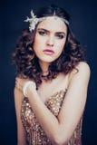 Arbeiten Sie Foto des tragenden funkelnden Abendkleides des schönen Mädchens um lizenzfreies stockfoto