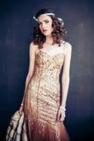 Arbeiten Sie Foto des tragenden funkelnden Abendkleides des schönen Mädchens um Lizenzfreie Stockfotografie