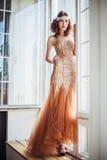 Arbeiten Sie Foto des tragenden funkelnden Abendkleides des schönen Mädchens um Stockfotos