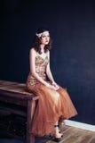 Arbeiten Sie Foto des tragenden funkelnden Abendkleides des schönen Mädchens um Lizenzfreie Stockbilder