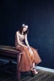Arbeiten Sie Foto des tragenden funkelnden Abendkleides des schönen Mädchens um Lizenzfreie Stockfotos