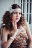 Arbeiten Sie Foto des tragenden funkelnden Abendkleides des schönen Mädchens um stockfoto