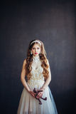 Arbeiten Sie Foto des tragenden Hochzeitskleides des traurigen Mädchens um Lizenzfreies Stockfoto