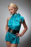 Arbeiten Sie Foto einer Frau im kurzen cyan-blauen Kleid um Lizenzfreies Stockfoto