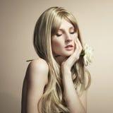 Arbeiten Sie Foto einer jungen Frau mit dem blonden Haar um Stockfotografie