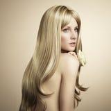 Arbeiten Sie Foto einer jungen Frau mit dem blonden Haar um Lizenzfreie Stockfotos