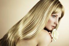 Arbeiten Sie Foto einer jungen Frau mit dem blonden Haar um Stockfoto
