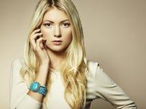Arbeiten Sie Foto einer jungen Frau mit dem blonden Haar um Stockbild