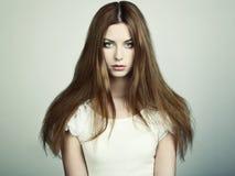 Arbeiten Sie Foto einer jungen Frau mit dem roten Haar um Stockfotos