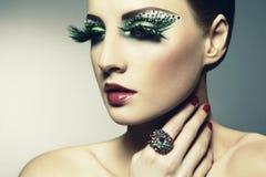Arbeiten Sie Foto einer jungen Frau mit den langen Wimpern um stockbilder