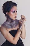 Arbeiten Sie Foto einer schönen jungen Frau im schwarzen Kleid um Portrai lizenzfreie stockbilder