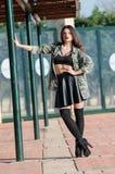 Arbeiten Sie Foto einer tragenden Armeejacke Dame um Lizenzfreies Stockfoto