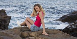 Arbeiten Sie Foto im Freien der herrlichen sexy Frau mit dem blonden Haar im eleganten Bikini um Lizenzfreie Stockfotografie