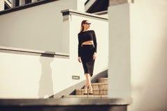 Arbeiten Sie Foto im Freien der schönen damenhaften Frau mit dem langen Haar um Stockfotos