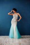 Arbeiten Sie Foto schöner Dame im eleganten Abendkleid um Stockbilder