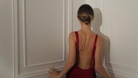 Arbeiten Sie Fotoaufnahme die weibliche vorbildliche Aufstellung, schönes weibliches Modell, Modellblick um stock footage
