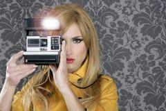 Arbeiten Sie Fotografen Retro- Kamerareporterfrau um Stockbilder