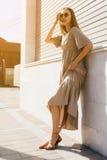 Arbeiten Sie Frau auf der Straße, langes Kleid, Schönheitsart im sunglasse um Lizenzfreie Stockbilder