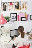 Arbeiten Sie Frau Blogger um, der in einem kreativen Arbeitsplatz arbeitet. Stockbild