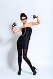 Arbeiten Sie Frau im schwarzen Kleid um und Felsenzeichen bilden Stockbilder