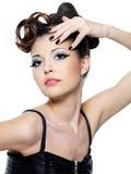 Arbeiten Sie Frau mit Artfrisur und schwarzen Nägeln um Stockbild