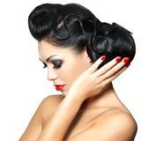 Arbeiten Sie Frau mit den roten Lippen, den Nägeln und Frisur um Lizenzfreie Stockfotos