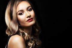 Arbeiten Sie Frau mit der perfekten Haut um, die drastisches Make-up trägt Stockfoto