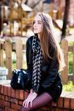 Arbeiten Sie Frau mit einer Tasche im Park um Lizenzfreie Stockfotos