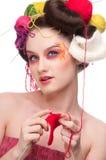 Arbeiten Sie Frau mit Gesichtskunst in strickender Art um Lizenzfreies Stockfoto