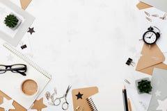 Arbeiten Sie Frauenarbeitsschreibtisch mit Kaffee, Bürozubehör, Wecker um und säubern Sie Draufsicht des Notizbuches Flache Lage  Lizenzfreie Stockbilder