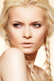 Arbeiten Sie Frisur, blondes Haar, Flechten u. Verfassung um Stockfotografie