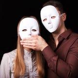 Arbeiten Sie glückliches Paar in der Liebe um, die mit Maskengesicht hält Lizenzfreie Stockbilder