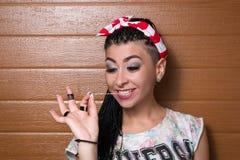 Arbeiten Sie großes Porträt eines stilvollen Mädchens mit Dreadlocks, chewin um Lizenzfreie Stockfotos