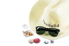 Arbeiten Sie Hüte und Sonnenbrille mit Tritonshorn auf weißem Hintergrund um Stockfoto