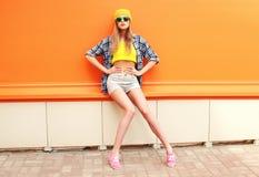 Arbeiten Sie hübschem Mädchen die vorbildliche Aufstellung über bunter Orange um Lizenzfreies Stockbild