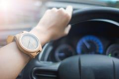 Arbeiten Sie Hintergrund die jungen Geschäftsfrauen um, die hölzerne Uhr tragen und stockfotos