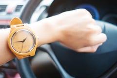 Arbeiten Sie Hintergrund die jungen Geschäftsfrauen um, die hölzerne Uhr tragen und stockbild