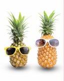 Arbeiten Sie Hippie-Ananas, helle Sommerfarbe, tropische Frucht mit Sonnenbrille, kreatives Kunstkonzept, minimale Art um lizenzfreies stockbild