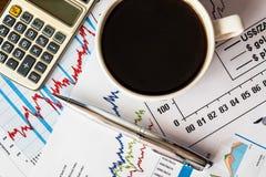 Arbeiten Sie im Austausch, in der Kaffeetasse mit Taschenrechner und in einem Stift Lizenzfreie Stockfotografie