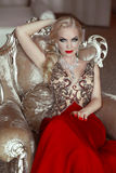Arbeiten Sie Innenporträt der schönen sinnlichen blonden Frau mit MA um Lizenzfreie Stockfotografie