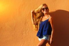 Arbeiten Sie junge Frau mit den langen Beinen in der Sommerkleidung um Lizenzfreies Stockfoto