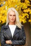 Arbeiten Sie kaukasische Blondine in der schwarzen Jacke und in der weißen Strickjacke um Lizenzfreie Stockbilder