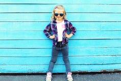 Arbeiten Sie Kind in der Stadt um, das stilvolle Kindertragen Sonnenbrille Stockfotografie
