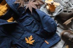 Arbeiten Sie Kindern blauen Mantel, braunen Lederschuh, Denimhosen und acce um Stockbild