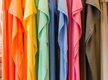 Arbeiten Sie Kleidung auf Kleidungsgestell - heller bunter Wandschrank um Nahaufnahme der Regenbogenfarbwahl der modischen weibli lizenzfreies stockbild