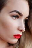 Arbeiten Sie Kunststudioporträt der eleganten Frau mit den roten Lippen um Stockbild