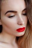 Arbeiten Sie Kunststudioporträt der eleganten Frau mit den roten Lippen um Lizenzfreies Stockfoto