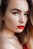 Arbeiten Sie Kunststudioporträt der eleganten Frau mit den roten Lippen um Stockbilder