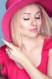Arbeiten Sie lächelnde blonde Frau der Schönheit mit Make-up und Frisur wea um Stockfoto