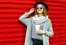 Arbeiten Sie lächelnde Frau des Herbstporträts mit Kaffeetasse um lizenzfreies stockbild